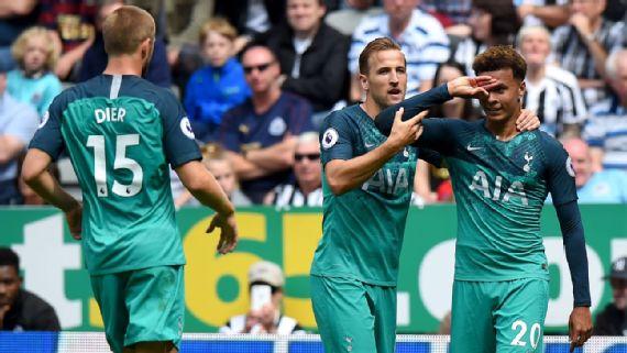 Dele Alli (phải) được đồng đội chúc mừng sau khi ghi bàn vào lưới Newcastle.