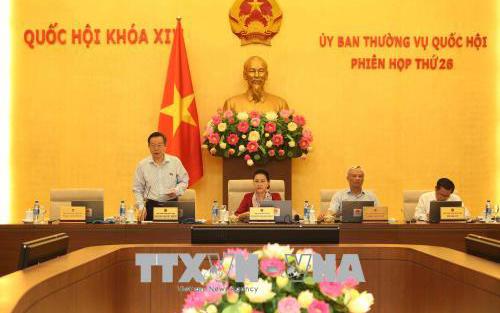 Phó Chủ tịch Quốc hội Phùng Quốc Hiển điều hành phiên họp.