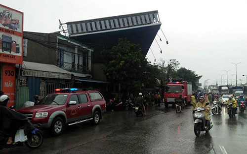 Biển hiệu quảng cáo đổ sập trong mưa lớn đè chết 1 người
