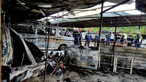 TPHCM: Cháy bãi giữ xe gần sân bay Tân Sơn Nhất, 3 ô tô bị thiêu rụi