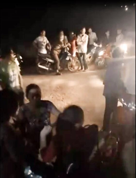 Rất đông người dân đã đổ đến hiện trường để theo dõi vụ việc. Ảnh: SGGP
