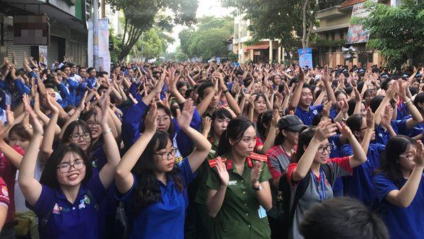 """Chương trình đi bộ đồng hành """"Tiếp sức đến trường"""" lần thứ 12 năm 2018, với sự tham dự của hơn 3.000 đoàn viên thanh niên thành phố, nhân dân quận Phú Nhuận."""