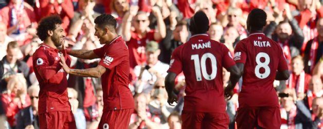 >Salah (bìa trái) được đồng đội chúc mừng sau khi ghi bàn.