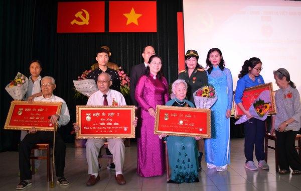 Trưởng Ban Tổ chức Thành ủy Nguyễn Thị Lệ chúc mừng các đảng viên nhận Huy hiệu 70 năm tuổi Đảng tại buổi lễ.