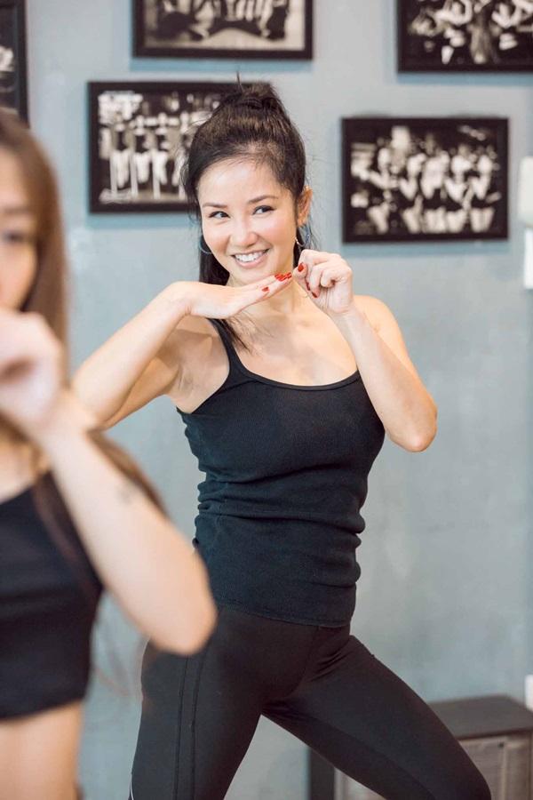 Ca sỹ Hồng Nhung tập luyện vũ đạo với Bùa Yêu.