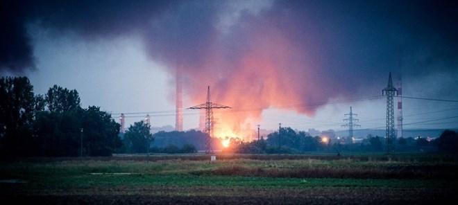 Nổ gây hỏa hoạn tại một cơ sở lọc dầu ở Đức, 8 người bị thương