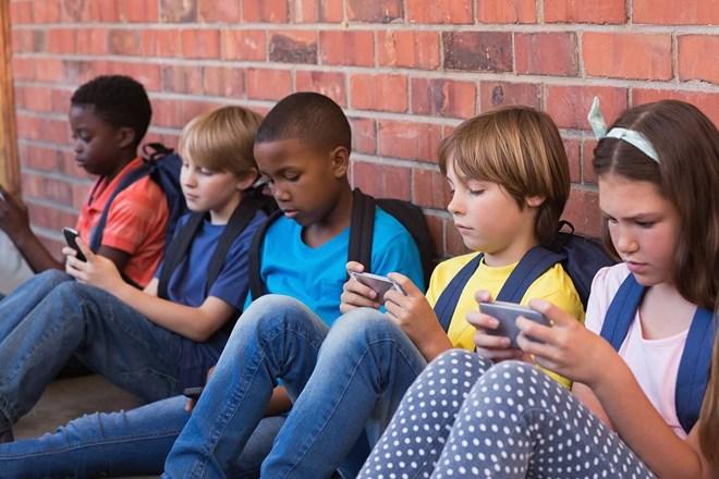 Học sinh sử dụng điện thoại ở Pháp
