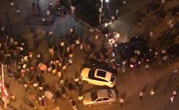 tông xe, lao ô tô vào đám đông