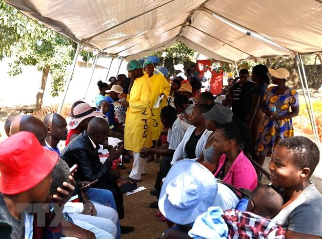 Bệnh nhân mắc bệnh tả được điều trị tại một bệnh viện ở Harare, Zimbabwe ngày 12/9. (Ảnh: THX/TTXVN)
