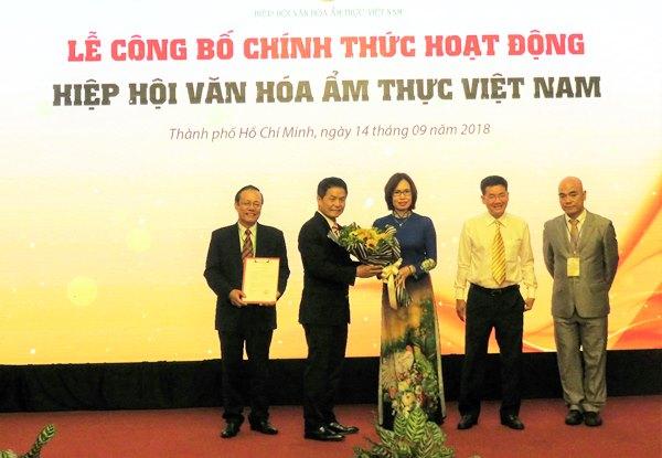 Các thành viên của Hiệp hội Văn hóa Ẩm thực Việt Nam tại lễ công bố và việc ký kết với Sở Du lịch TPHCM về các phương thức phối hợp hoạt động trong thời gian tới