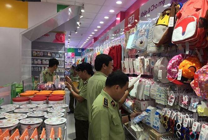 Chiều 22/7 tổ công tác 334 (Bộ Công Thương) phối hợp với Chi cục Quản lý thị trường TPHCM kiểm tra 3 cửa hàng thuộc hệ thống của Cty Cổ phần Con Cưng (concung.com). Ảnh: Báo Tiền Phong