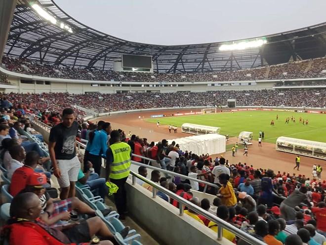 Giẫm đạp khi xem bóng đá ở Angola