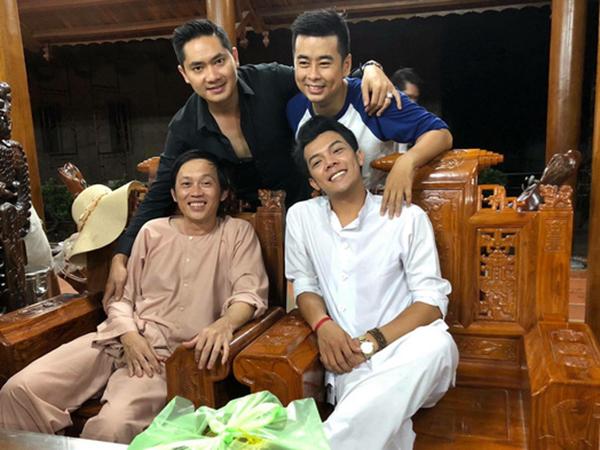 NSƯT Hoài Linh và các diễn viên trẻ tại Nhà thờ Tổ quận 9