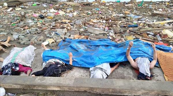Thi thể các nạn nhân vụ động đất và sóng thần ở Palu, đảo Sulawesi, Indonesia
