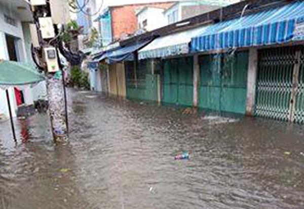 Đường Chu Văn An ngập sâu, nước tràn vào nhiều nhà dân.