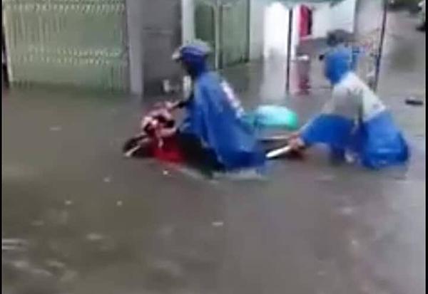 Nước ngập đến yên xe máy trên tuyến đường Chu Văn An.