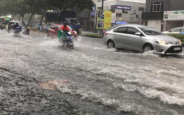 Các tuyến đường cửa ngõ sân bay Tân Sơn Nhất lênh láng nước.