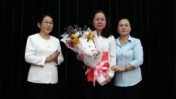 Bà Võ Thị Dung - Phó Bí thư Thành ủy trao quyết định bổ nhiệm bà Thái Thị Bích Liên giữ chức vụ Phó Bí thư Đảng ủy Khối Dân Chính Đảng TPHCM.