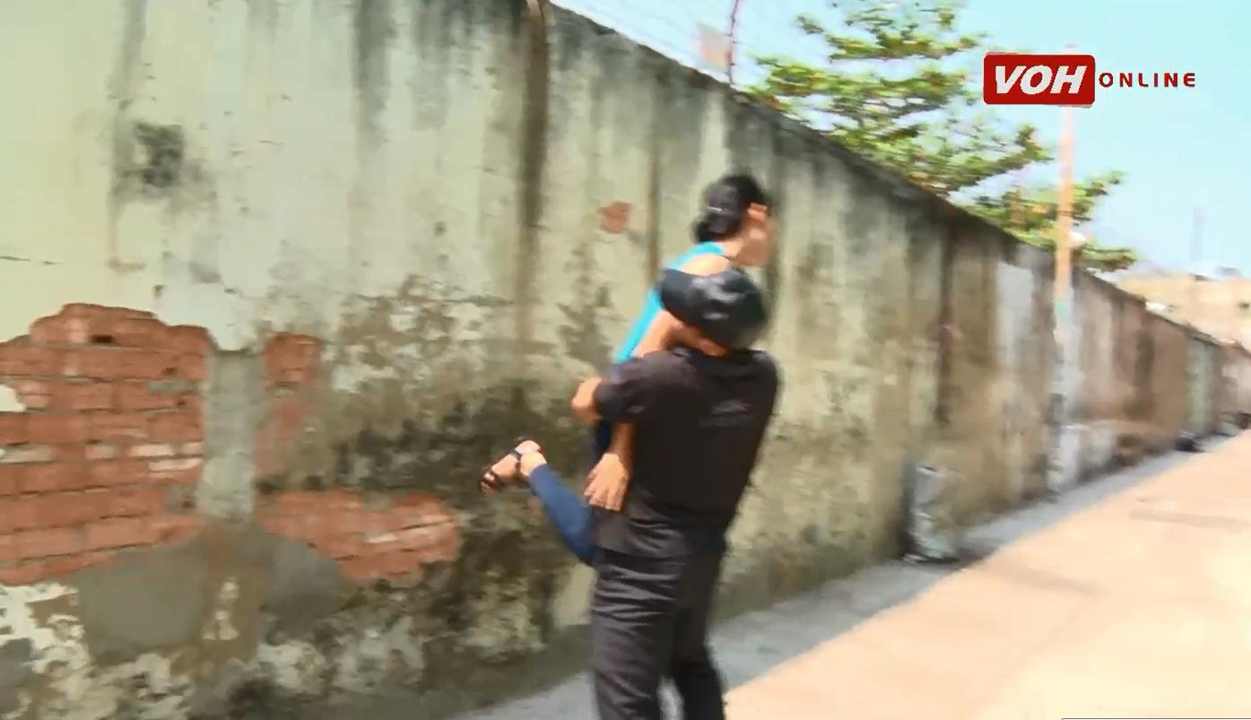 Kĩ năng tự vệ: Cách hóa giải khi bị người lạ sàm sỡ, ôm nhấc lên cao