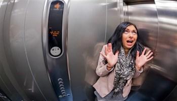 Làm gì khi kẹt/rơi thang máy?