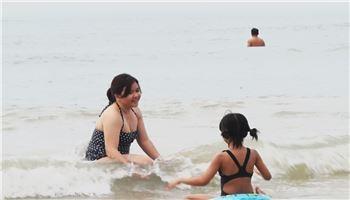 Cách phòng tránh chết đuối khi trẻ tắm biển