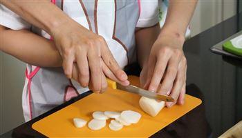 Cùng con vào bếp (Số 1): Dạy bé cách thái bằng dao