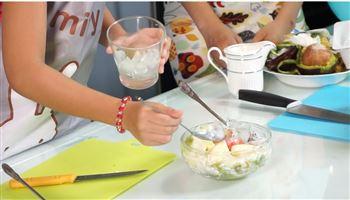 Cùng con vào bếp (Số 5) : Bé 6 tuổi có thể tự làm món trái cây dầm