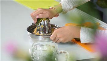 Cùng con vào bếp (Số 6): Vắt nước cam
