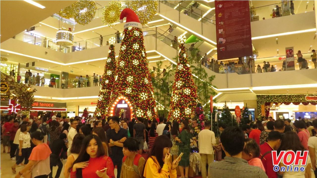 Takashimaya nườm nượp người. Đây là một trong những trung tâm thương mại có lượng khách tới chụp hình đông nhất thời điểm này.
