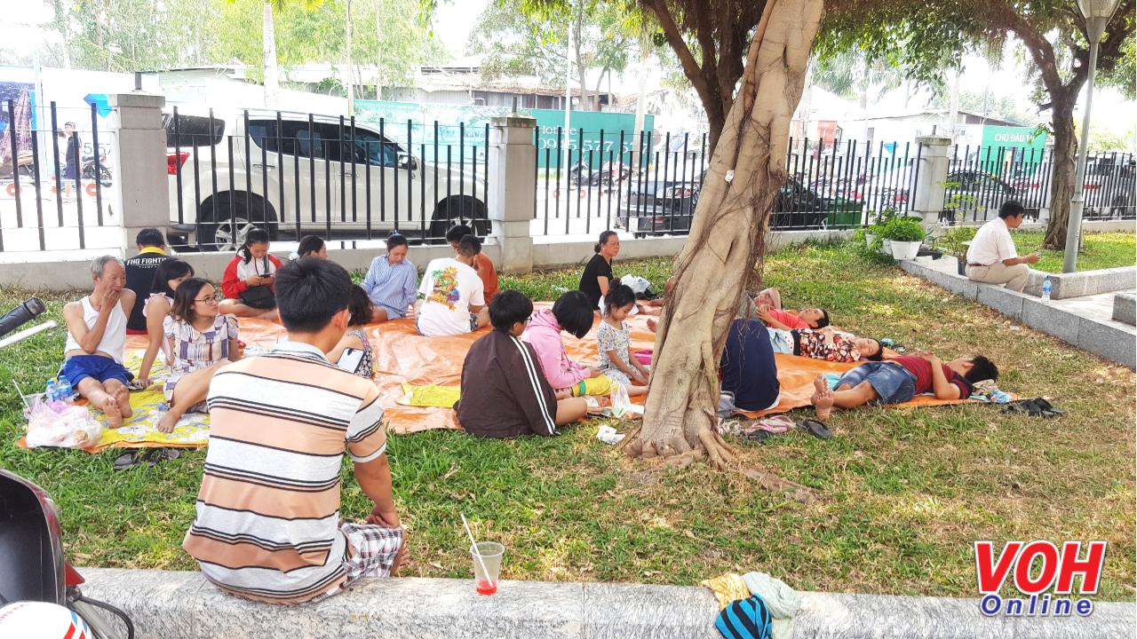 Xung quanh khu vực sân chung cư Carina nhiều người trải bạt  ngủ và chờ thông tin từ cơ quan chức năng.