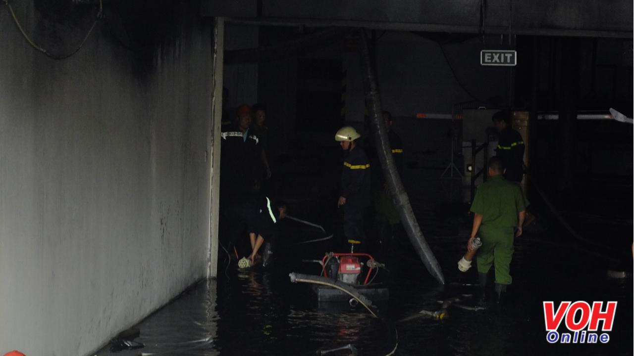 Cảnh sát PCCC dùng máy bơm hút nước chữa cháy trong tầng hầm để xe