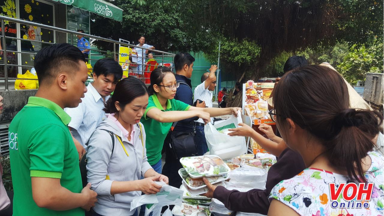 Trung tâm Công tác xã hội TPHCM cung cấp 300 suất ăn trưa cho người dân.