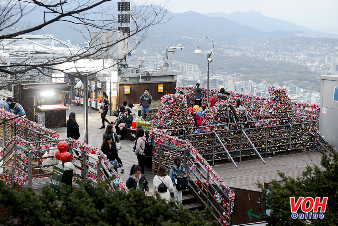 """Ngoài ra """"Thiên đường ổ khóa tình yêu"""" cũng là nơi ngắm  toàn cảnh thành phố Seoul tuyệt đẹp."""