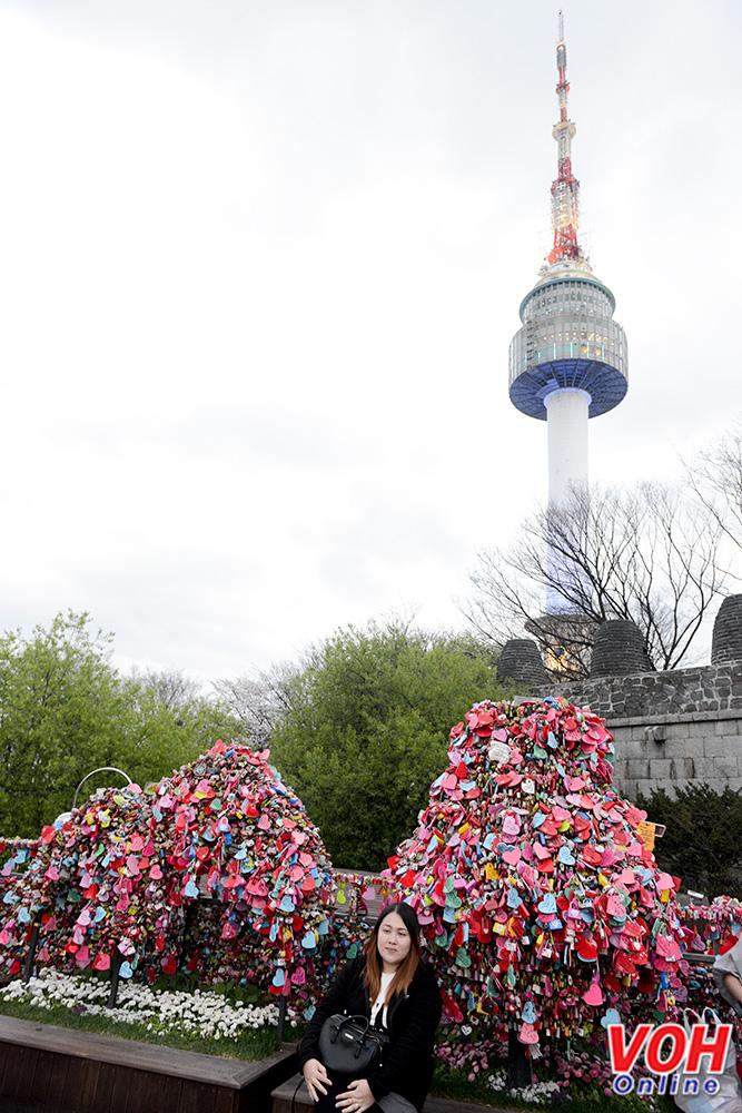 """""""Thiên đường ổ khóa tình yêu"""" tọa lạc tại chân tháp truyền hình Namsan, tháp có chiều cao 479,7 m so với mực nước biển và trở thành điểm cao nhất tại Seoul hiện nay."""
