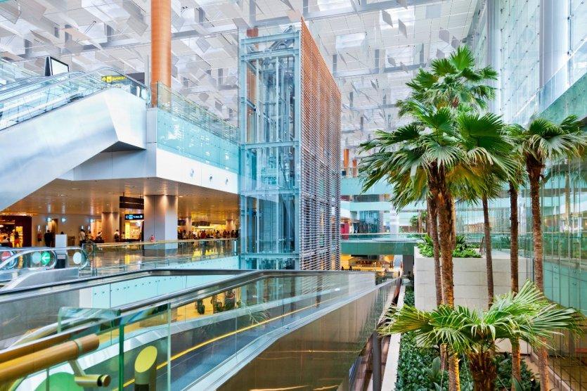1. Sân bay Changi, Singapore: Sau 5 năm có mặt, sân bay Changi của Singapore được bình chọn là sân bay tốt nhất thế giới tại giải thưởng Sân bay thế giới Skytrax World Airport Awards. Với hồ bơi ngoài trời, khu vườn trúc đầy bướm, những rạp chiếu phim và nhất là dịch vụ mát xa chân miễn phí, du khách sẽ giống như được trải nhiệm nghỉ dưỡng tại đây. Những điều trên có thể lý giải được vì sao đây lại là sân bay tốt nhất thế giới. Hơn thế nữa, sân bay thậm chí sẽ mở thêm một nhà ga mới gồm 10 tầng, được hàng ngàn cây xanh bao phủ xung quanh kèm với một thác nước nhân tạo. Chúng ta sẽ như lạc bước vào khu rừng nhiệt đới đồng thời được chiêm ngưỡng thác nước nhân tạo cao nhất thế giới.