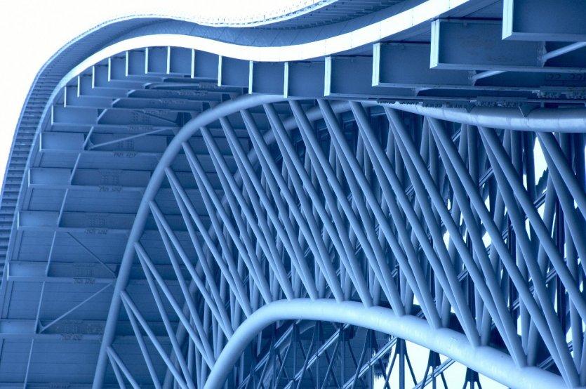 2. Sân bay Kansai - Osaka, Nhật Bản: Sân bay Kansai - Osaka mang nét đẹp hiện đại của một trong những công trình vĩ đại ấn tương nhất thiên niên kỷ, tương tự như sân ga Golden Gate của San Francisco. Nằm trên một hòn đảo nhân tạo khổng lồ giữa vịnh Osaka, sân bay Kansai nhìn từ trên xuống như một chiếc thuyền đang lơ lững trôi với phần thân chính và cánh là các cổng chờ của sân bay.