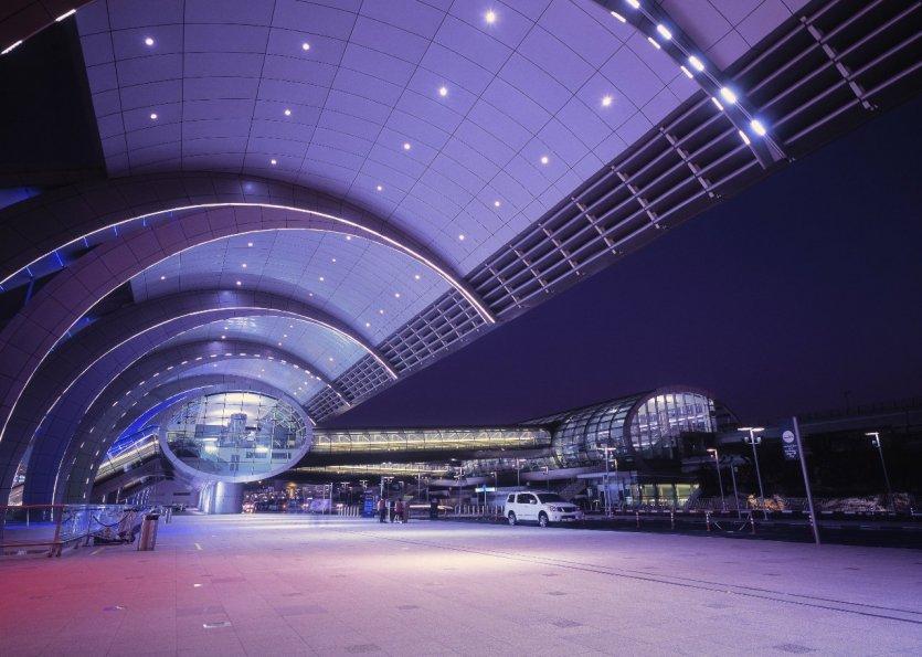 3. Sân bay Dubai, Các tiểu vương quốc Ả Rập thống nhất: Nhộn nhịp và đông đúc nhất thế giới về số lượng hành khách quốc tế, sân bay Dubai được thiên nhiên ưu ái khi tọa lạc giữa Châu Âu và Châu Á. Tại nơi đây, chúng ta sẽ không khỏi ngạc nhiên trước những cửa hàng quần áo và nhà hàng thắp sáng đèn bảng hiệu ngày cũng như đêm. Hơn thế nữa, du khách còn được tham gia xổ số để có cơ hội trúng thưởng những chiếc xe hơi sang trọng.