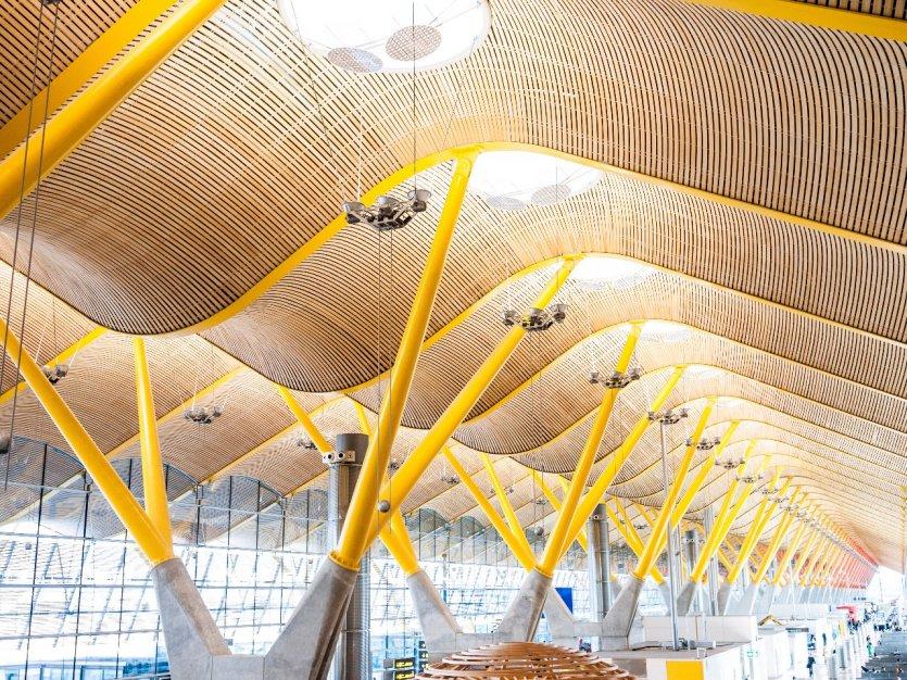4.Sân bay Adolfo Súarez - Madrid - Barajas, Tây Ban Nha: Cửa ngõ hàng không duy nhất bước vào thủ đô Tây Ban Nha, sân bay Madrid - Barajas tiếp đón hơn 45 triệu du khách hàng năm. Đây là một những sân bay bận rộn nhất Châu Âu và lớn nhất Tây Ban Nha. Đặc biệt, nhà ga số 4 khánh thành năm 2006, thiết kế bởi các kiến trúc sư Antonio Lamela và Richard Rogers có tòa mái bằng tre len lỏi ánh sáng mặt trời và những cây xà đủ màu sắc.