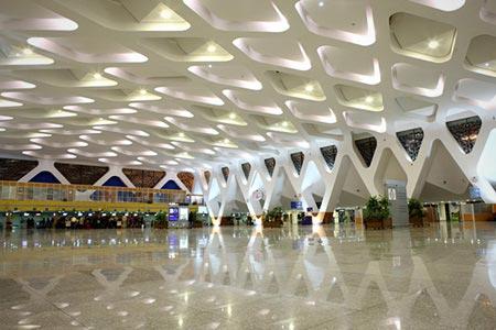 6. Sân bay Marrakech - Menara, Maroc: Nhắc tới sân bay Marrakech, chúng ta hãy lưu ý đến nhà ga số. Đây là nhà ga hiện đại được xây dựng năm 2008, thiết kế bởi một đội ngũ kiến trúc sư hàng đầu của hãng kiến trúc E2A có trụ sở tại Casablanca (Morocco). Tại đây, chúng ta sẽ chứng kiến một phòng khách nhỏ nhắn với thiết kế điển hình của thế kỷ XIX. Sân bay Marrakech tiêu biểu cho lối kiến thúc Hồi giáo hiện đại và truyền thống cùng 72 kim tự tháp quang điện trên mái nhà, các ban công hành lang và khu vực chính được bày trí ghế sofa và ghế dài bằng loại vải đặc trưng của vùng.