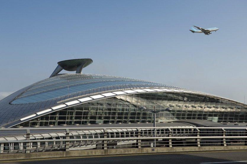 7. Sân bay Seoul - Incheon, Hàn Quốc: Sân bay Seoul - Incheon được đánh giá là hiện đại nhất Châu Á với lối kiến trúc độc đáo. Tọa lạc trên một hòn đảo nhỏ ngoài thành phố Incheon, sân bay nối với đất liền bởi một cây cầu. Đường vòng cung trên mái của sân bay mô phỏng một ngôi chùa truyền thống Hàn Quốc, trong khi hành lang đến được lát bằng vật liệu đặc trưng của Hàn Quốc có niên đại khoảng 5.000 năm tuổi. Tại đây, du khách sẽ không biết đến buồn chán là gì với các dịch vụ spa, golf, casino, khu mua sắm, giải trí và cả một bảo tàng văn hóa Hàn Quốc.