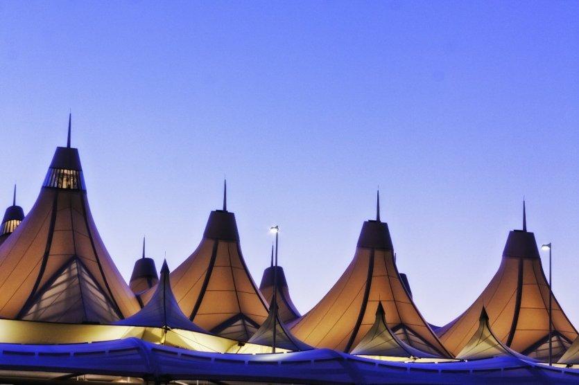 8. Sân bay Denver, Hoa Kỳ: Được thiết kế bởi kiến trúc sư Curtis Fentress năm 1995, tòa mái sân bay Denver là sự kết hợp của những tấm thảm trắng dựng lên. Cấu trúc độc đáo khiến du khách không khỏi ngỡ ngàng khi bước vào bắt gặp bức tượng con ngựa mắt đỏ và tượng Anubis, thần chết Ai Cập.