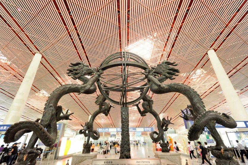 9. Sân bay Bắc Kinh, Trung Quốc: Với số lượng hành khách đông nhất Châu Á, sân bay Bắc Kinh để lại cho chúng ta ấn tượng bởi độ rộng lớn tráng lệ. Sân bay được thiết kế dưới hình dáng con rồng, biểu tượng thủ đô Trung Quốc: một sự kết hợp hoàn hảo giữa truyền thống và hiện đại. Đặc biệt, nhà ga số 3, khánh thành năm 2008 cho Thế vận hội Olympic, rộng 98 héc-ta, được xem là lớn nhất thế giới.