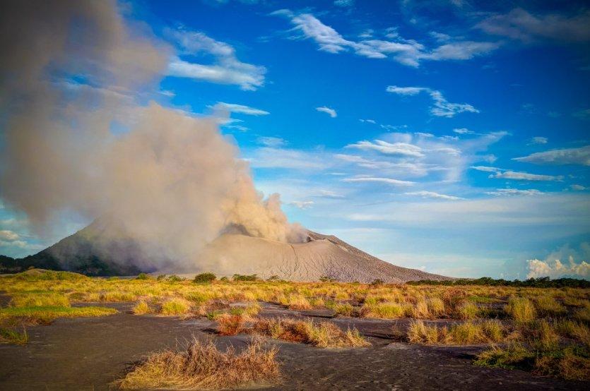 10. Tavurvur, Pupua-New-Guinea: Nằm trên hòn đảo New-Britain, vịnh Rabaul, Papua-New-Guinea, Tavurvur là một trong những núi lửa hoạt động mạnh nhất và nguy hiểm nhất đất nước Năm 1994, cuộc phun trào dữ dội đã tàn phá thành phố Rabaul, ngày nay cả thành phố gần như là hoang mạc. Tháng 8/2014, ngọn núi lửa này lại phun trào, tống ra tro bụi và cột khói khổng lồ bao trùm cả miền đông đảo quốc láng giềng với Indonesia này.
