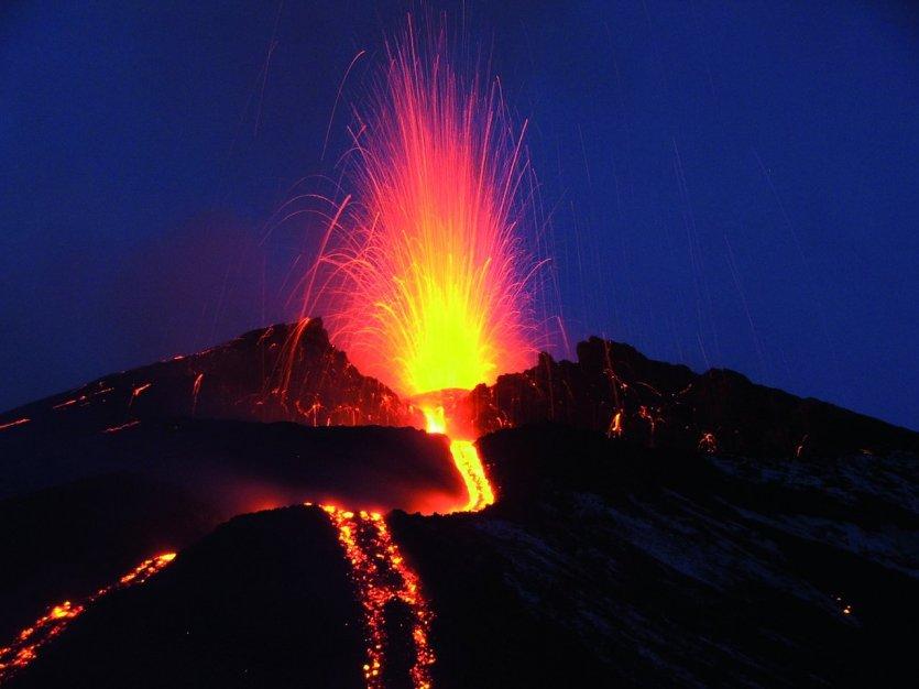 2. Etna, Ý: Nằm ở mạn đông đảo Sicilia, Etna là ngọn núi hoạt động mạnh nhất Châu Âu và đứng thứ hai trên thế giới. Etna xuất hiện không ít lần trong thần thoại Hy Lạp, tuyên truyền rằng con quái vật Typhon bị thần Zeus giam cầm dưới chân núi và lò rèn của Hephaestus cũng nằm ở đây.