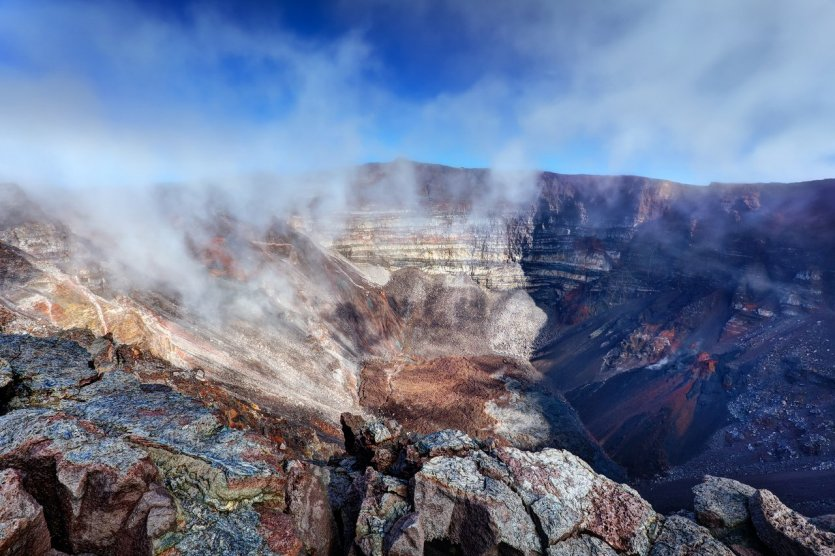 3. Piton de la Fournaise, đảo Reunion, Pháp: Đây là điểm đến được tham quan nhiều nhất tại hòn đảo Reunion. Núi Piton de la Fournaise là ngọn núi hoạt động mạnh đứng thứ 3 trên thế giới với mật độ trung bình phun trào 9 tháng/lần. Ngọn núi có màu sắc thu hút ánh nhìn của bao du khách và các nhà nhiếp ảnh đặt chân đến đây. Hơn thế nữa, không thể bỏ lỡ những cuộc dạo chơi trên các sườn núi, đặc biệt, để đến được miệng núi, chúng ta chỉ được phép băng qua một con đường duy nhất được chính quyền cho phép.