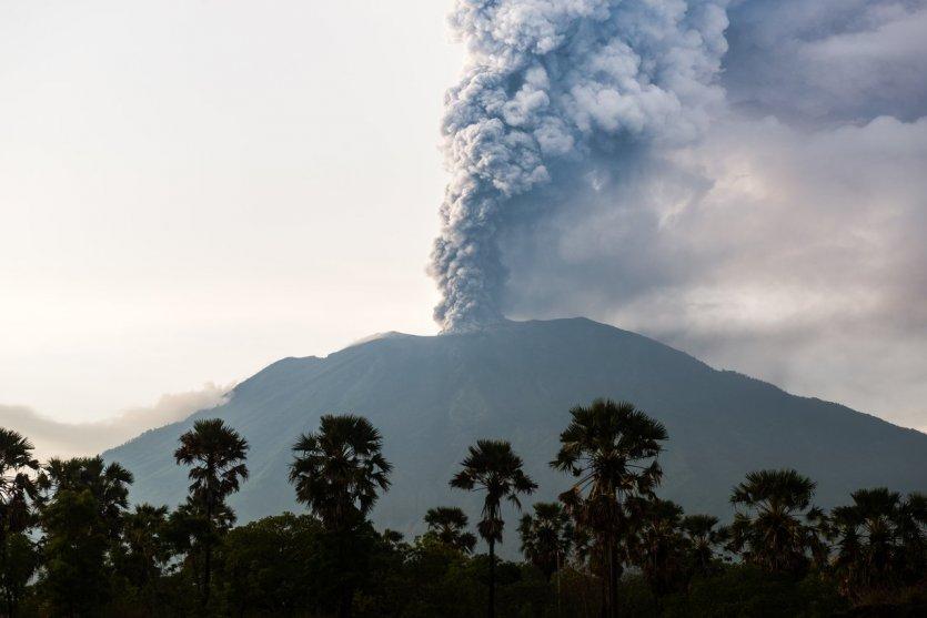 4. Agung, Indonesia: Tọa lạc trên hòn đảo Bali, Indonesia, núi Agung là ngọn núi cao nhất nơi đây. Ngọn núi này đã trải qua 4 đợt phun trào: năm 1808, 1843, 1863 và 2017. Hiện nay, núi Agung đang được giám sát hoạt động địa chấn do mối e ngại phun trào tiếp theo. Do đó, leo núi - một trong những hoạt động thu hút khách du lịch đã bị cấm.