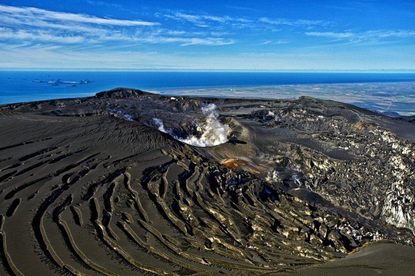 5. Eyjafjöll, Iceland: Eyjafjall trở nên nổi danh sau đợt phun trào vào tháng 5/2010 làm tê liệt hoạt động hàng không Châu Âu do tro than che phủ bầu trời. Cũng chính từ đợt phun trào này mà dòng nước hoa mang tên EFJ Eyjafjallajökull ra đời. 3 chữ cái đầu là tên gọi viết tắt khối băng bao quanh núi lửa nhằm giúp người dân các nước khác dễ dàng đọc tên sản phẩm.