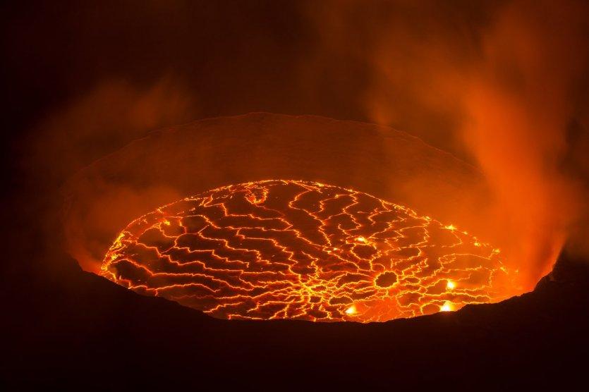6. Nyiragongo, Congo: Ngọn núi lửa Nyiragongo (núi Khói) nằm ở phía đông nước Cộng hòa Dân chủ Congo, thuộc thành phố Goma. 1 trong 8 ngọn núi lớn của dãy Virunga hoạt động mạnh nhất Châu Phi và chứa lượng dung nham lớn nhất thế giới. Ngày 17/1/2002, hồ nham thạch do núi phun trào gây ra làm 147 người chết và phá hủy 90.000 ngôi nhà. Theo một nhân viên tại trạm quan sát thành phố Goma, ngọn núi lửa giống như một người ốm và họ phải theo dõi từng giờ, từng phút.