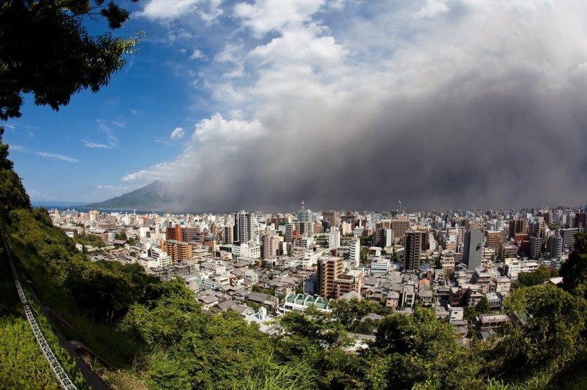 """7. Núi lửa Sakurajima, Nhật: Chỉ cách thành phố Kagoshima 8km, trên hòn đảo Kyūshū, Nhật, núi lửa Sakurajima với cái tên mang ý nghĩa """"Hòn đảo hoa anh đào"""" hình thành cách đây 22.000 năm. Núi lửa hoạt động rất mạnh và là mối đe dọa thường xuyên của vùng. Lần gần đây nhất vào ngày 5/2/2016, núi lửa phun trào và có nhiều đợt nổ nhỏ suốt cả năm gây ảnh hưởng cả vùng."""