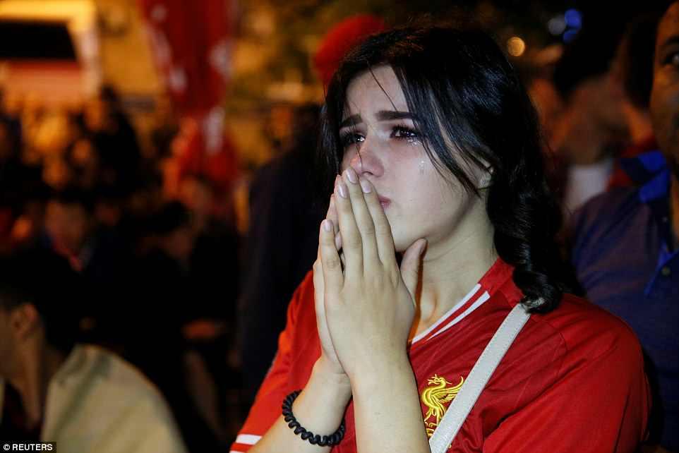 """Nữ cổ động viên """"tan nát cõi lòng"""" bên ngoài một sân vận động ở Kiev sau khi chứng kiến thất bại 1-3 của Liverpool trước Real Madrid (Ảnh: Reuters)"""